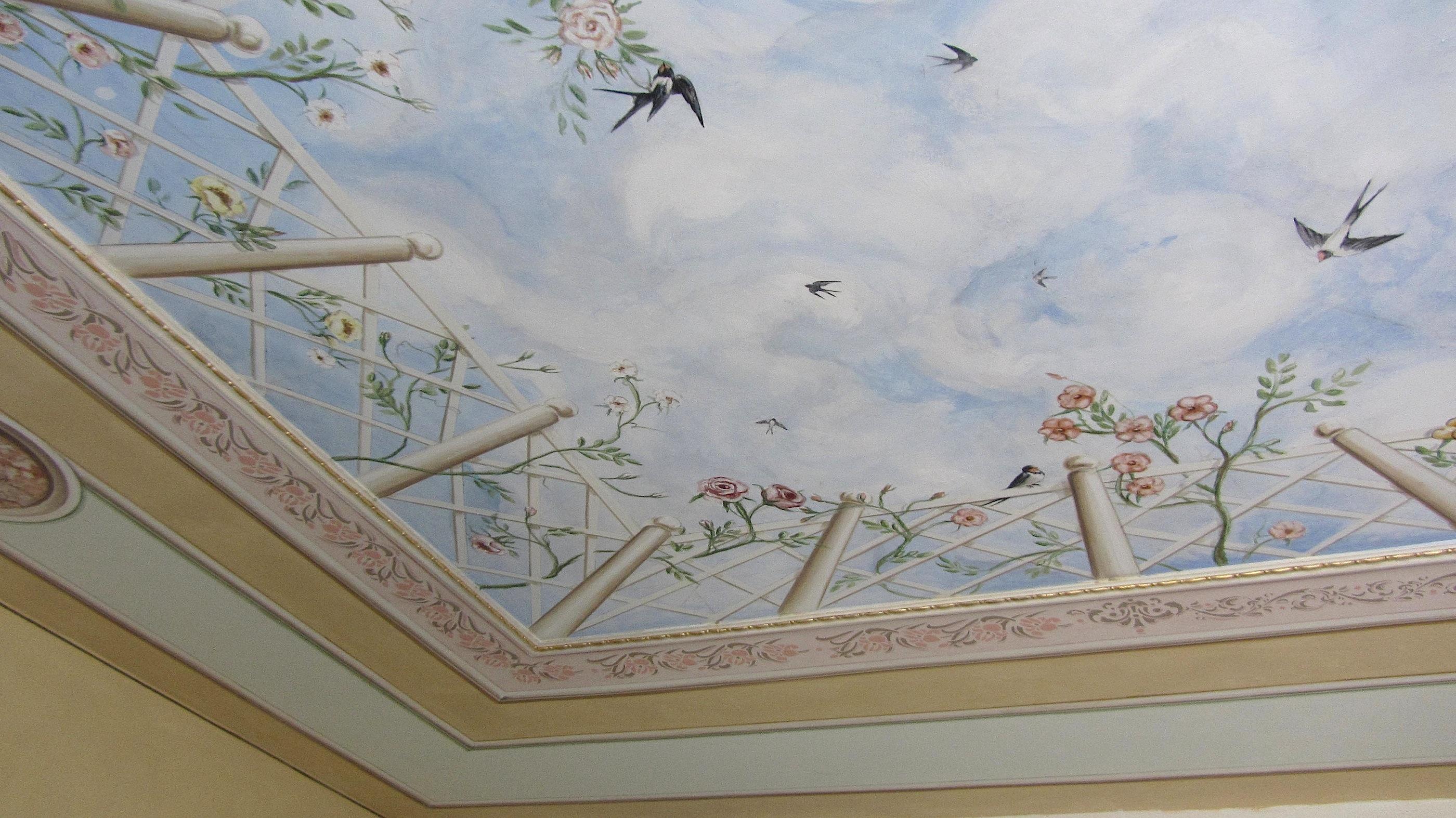 decorare un soffitto: Particolare della ringhiera dipinta nella decorazione