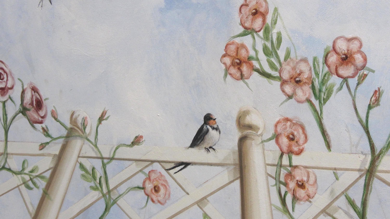 decorare un soffitto: Particolare della ringhiera dipinta con rondine