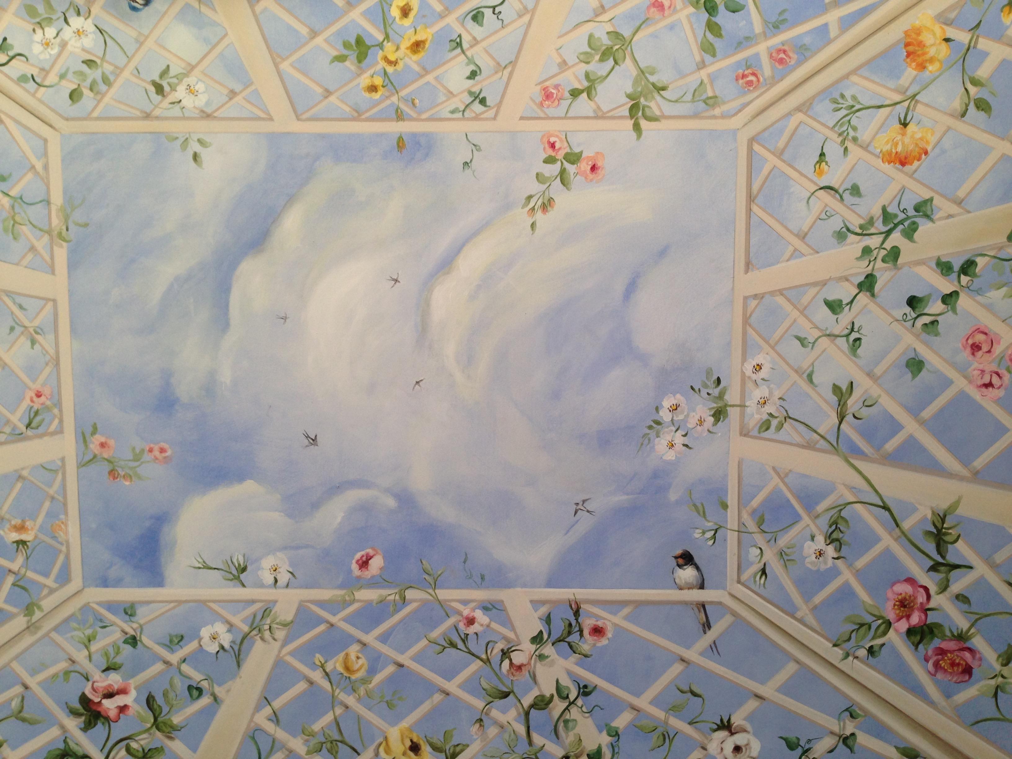 Un soffitto decorato con un trompe l'oeil dipinto su tela